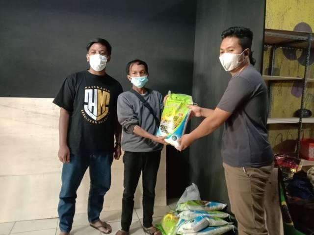 Komunitas HP Mania Kota Batu menyalurkan donasi kepada Komunitas ROB Kota Batu untuk dibagikan kepada warga terdampak PPKM Darurat Senin (12/07/2021). (Foto: Sholeh/Tugu Jatim)