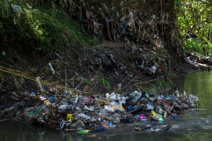 Dalam Ekspedisi Sungai Nusantara di Sungai Marmoyo Mojokerto, tampak begitu banyak tumpukan sampah plastik, Jumat (02/07/2021). (Foto: Ecoton/Tugu Jatim)