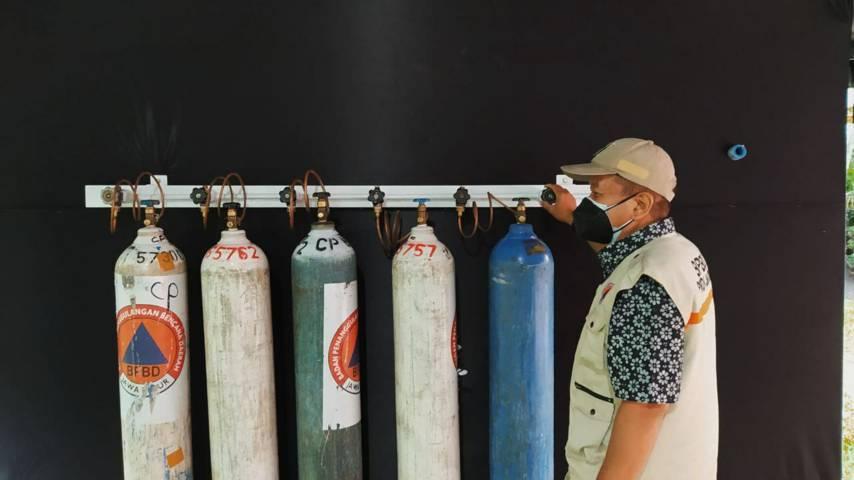 Tabung oksigen tampak sudah mulai berjajar di depo layanan isi ulang oksigen gratis yang mulai dibangun di halaman Kantor Bakorwil Malang, Minggu (25/7/2021). (Foto: M Ulul Azmy/Tugu Malang/Tugu Jatim)