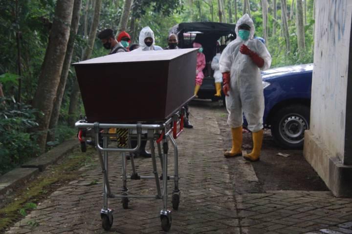 Ilustrasi petugas pemulasaraan siap memakamkan jenazah Covid-19 di Kota Malang memakai prokes. (Foto: Rubianto/Tugu Jatim)