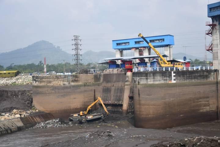 Proses flushing atau penggelontoran sediman yang sudah menggunung di Bendungan Sengguruh, Malang, Kamis (1/7/2021). (Foto: Dokumen/PJT I) tugu jatim