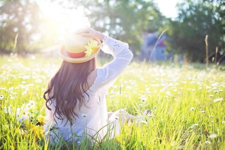 Ilustrasi seseorang sedang berjemur. Berjemur di pagi hari bisa meningkatkan vitamin D dalam tubuh yang berguna untuk memperkuat imunitas. (Ilustrasi: Pixabay) tugu jatim