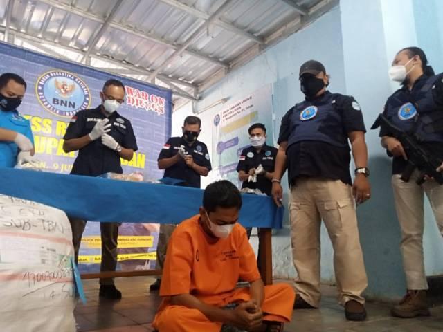 Suasasana konferensi pers yang digelar BNNK Tuban saat ungkap kasus penyelundupan ganja menggunakan jasa ekspedisi, Jumat (9/7/2021). (Foto: Moch Abdurrochim/Tugu Jatim)