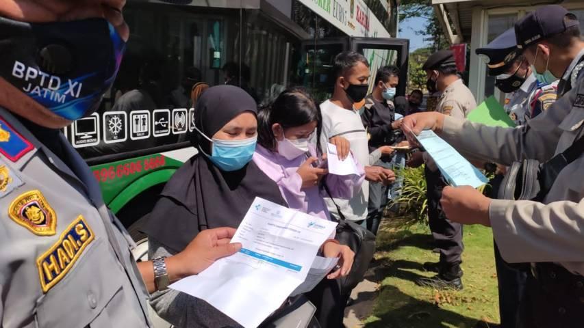 Pemeriksaan sertifikat vaksin penumpang bus oleh para petugas. (Foto: M Ulul Azmy/Tugu Malang/Tugu Jatim)