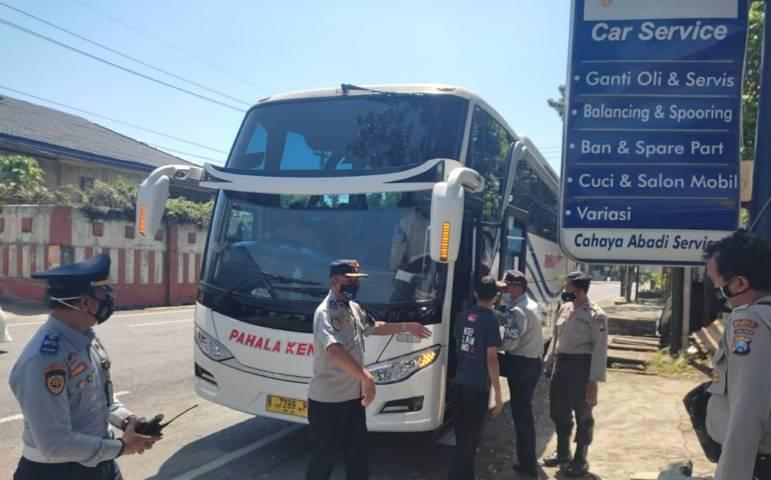 Operasi gabungan yang dilakukan Koorsatpel Terminal Arjosari, Hadi Supeno masih menemukan banyak pelanggaran dilakukan penyedia jasa transportasi darat, Minggu (25/7/2021). (Foto: M Ulul Azmy/Tugu Malang/ Tugu Jatim)