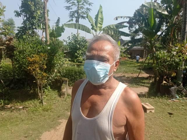 Supeno, warga Dusun Tubo, Desa Purwosekar, Kecamatan Tajinan, Kabupaten Malang, yang mendengar suara teriakan orang minta tolong dari sekitar rumahnya pada Minggu malam (25/07/2021). Ternyata teriakan itu dari korban pembacokan. (Foto: Rizal Adhi/Tugu Jatim)