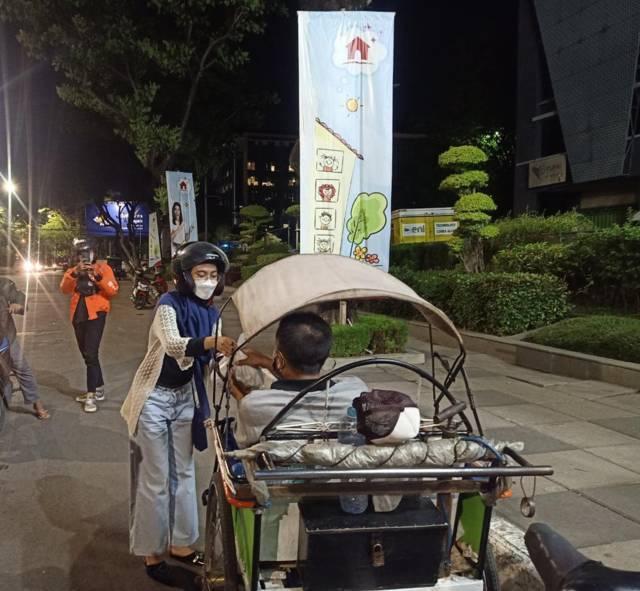 BEM Untag Surabaya berbagi makanan dengan masyarakat. (Foto: Dokumen/Tugu Jatim)