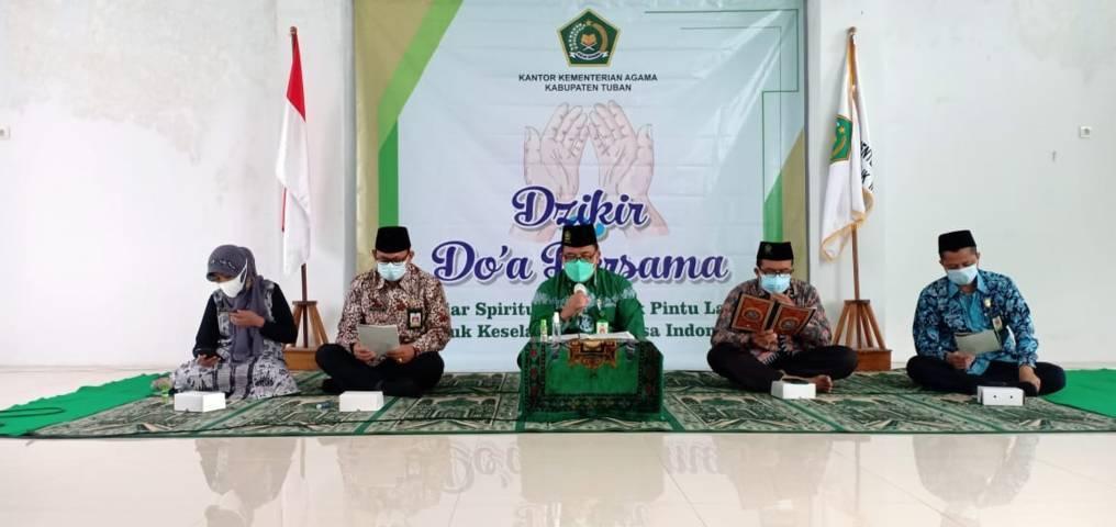Kepala Kantor Kementerian Agama (Kemenag) Kabupaten Tuban Sahid saat acara zikir dan doa bersama di gedung PLHUT Kemenag Tuban, Jumat (16/07/2021). (Foto: Humas Kemenag Tuban/Tugu Jatim)