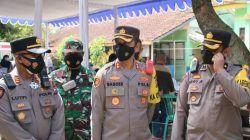 Kapolres Malang AKBP Bagoes Wibisono memantau proses serbuan vaksinasi di Kecamatan Pakis, Kabupaten Malang, Sabtu (31/07/2021). (Foto: Rizal Adhi/Tugu Jatim)