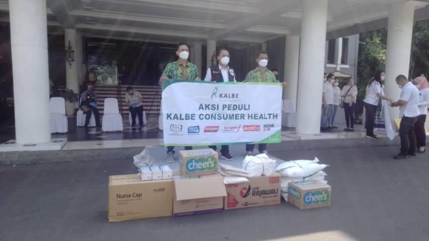Wali Kota Surabaya Eri Cahyadi menerima bantuan dari Aksi Peduli Kalbe Consumer Health dengan memberikan 1.000 paket Vitamin C dan 500 hand sanitizer semprot, Rabu (21/07/2021). (Foto: Rangga Aji/Tugu Jatim)