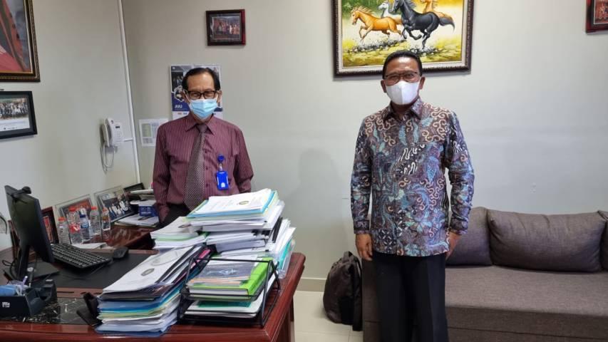 Anggota Komisi IX DPR RI Ali Ahmad (kanan) bersama Direktur Badan Usaha RSUB Profesor Djanggan Sargowo saat meninjau kesiapan RSUB Kota Malang menjadi tempat penanganan Covid-19, pada Jumat (30/07/2021). (Foto: Rizal Adhi/Tugu Jatim)