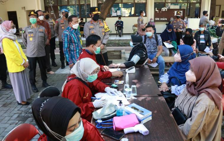Kapolda Jawa Timur Irjen Pol Nico Afinta bersama Pejabat Utama Polda Jatim mengecek serbuan vaksinasi di Universitas Bhayangkara (Ubhara) Surabaya, Kamis (29/07/2021). (Foto: Polrestabes Surabaya/Tugu Jatim)