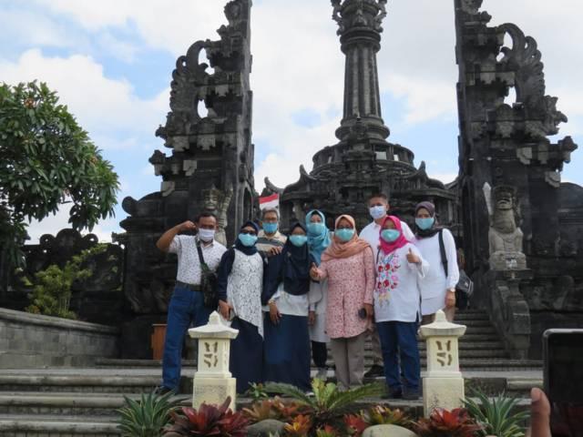 Ita Lizamia berlibur ke Bali bersama rombongan umroh The Power of Silaturahim III yang dipimpin Nurcholis MA Basyari. (Foto: Dokumen/Tugu Jatim)