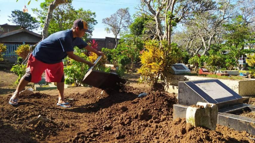 Subandi, 53, juru kunci sekaligus tukang gali kubur di TPU Ndesan, Sukun, Kota Malang, ini mulai kewalahan mengubur jenazah seiring peningkatan kasus Covid-19. (Foto:Azmy/Tugu Jatim)