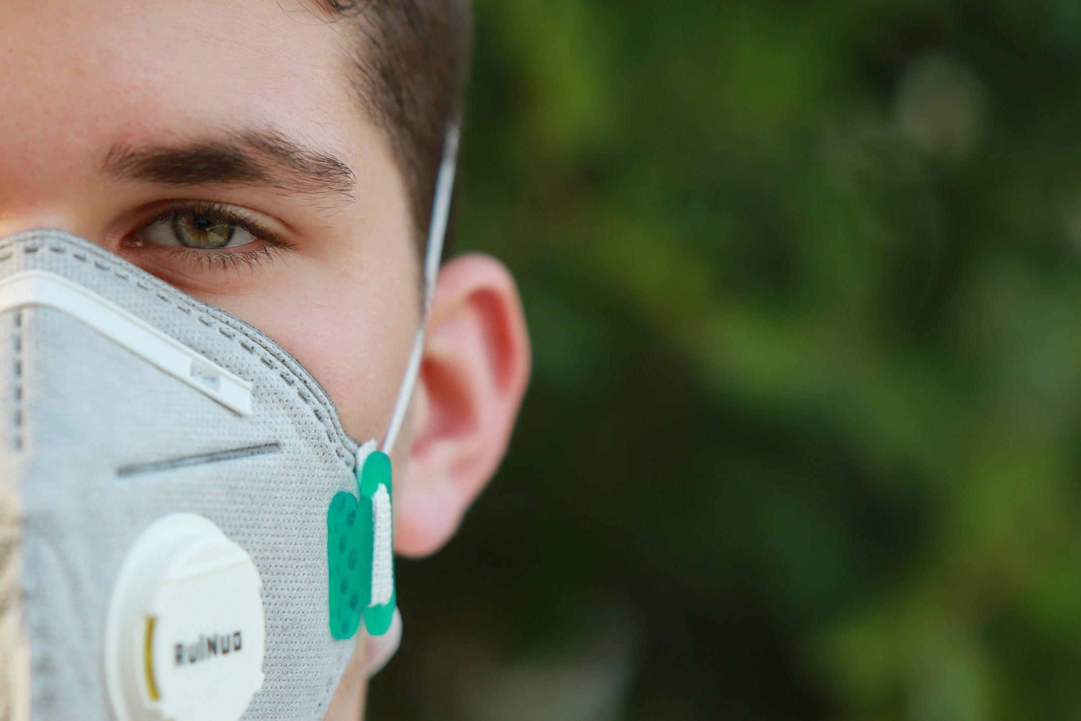 Ilustrasi warga menggunakan masker mencegah penularan Covid-19/tugu jatim
