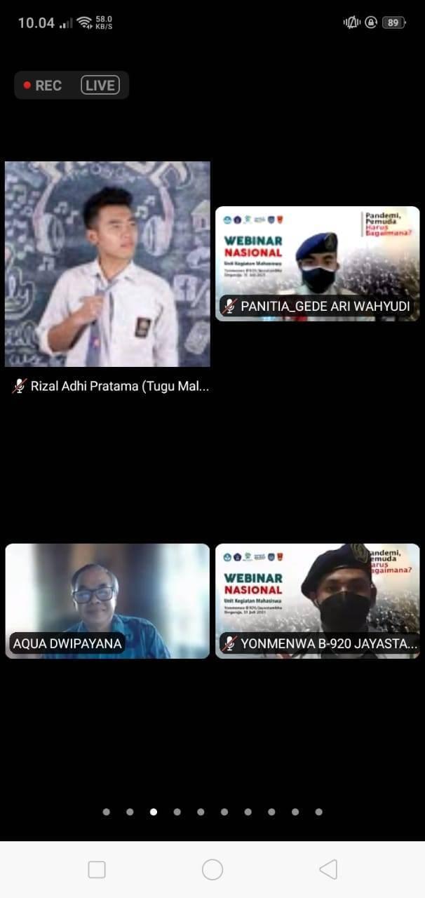 Dr Aqua Dwipayana dan anggota Unit Kegiatan Mahasiswa (UKM) Resimen Mahasiswa (Menwa) Batalyon B-920/Jayastambha Universitas Pendidikan Ganesha (Undiksha) Kota Singaraja, Bali, Sabtu (31/07/2021).(Foto: Rizal Adhi/Tugu Jatim)