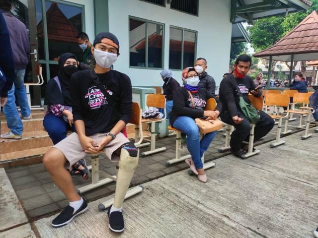 Para difabel Kota Malang saat proses registrasi di Polkesma Jalan Ijen, Sabtu (17/07/2021). (Foto: Dwi Lindawati/Tugu Jatim)