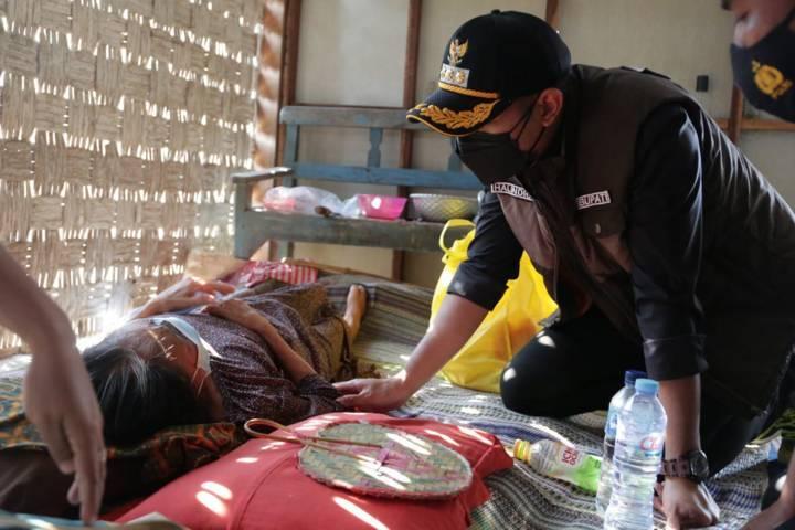 Bupati Tuban Aditya Halindra Faridzky saat melihat kondisi warga yang sakit saat melakukan sidak, pada Kamis (29/07/2021). (Foto: Humas Pemkab Tuban/Tugu Jatim)