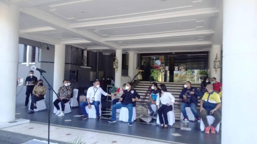 Wali Kota Surabaya Eri Cahyadi setelah menerima bantuan sosial (bansos) Covid-19 dari Kemensos RI dan beberapa pihak lainnya, Sabtu (24/07/2021). (Foto: Rangga Aji/Tugu Jatim)