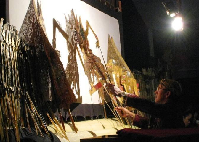 Dalang Ki Manteb Sudarsono saat mendalang. (Foto: Wikipedia)