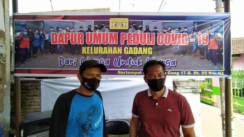 Ketua Dapur Umum Effendi (kanan) dan Ketua RT 5 RW 3 Nanang. (Foto: M Ulul Azmy/Tugu Malang/Tugu Jatim)