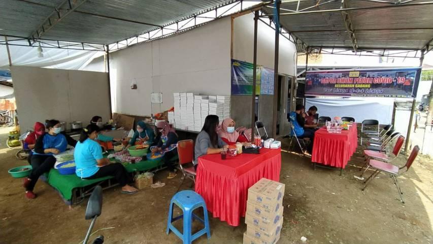 Suasana dapur umum di Gadang, Kota Malang yang peduli terhadap warganya yang tengah menjalani isolasi mandiri. (Foto: M Ulul Azmy/Tugu Malang/Tugu Jatim)