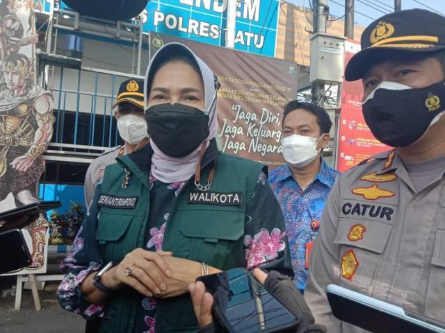 Wali Kota Batu, Dewanti Rumpoko didampingi Kapolres Batu meninjau penutupan Jalur Utama Pendem. (Foto: M Sholeh/Tugu Malang/Tugu Jatim)