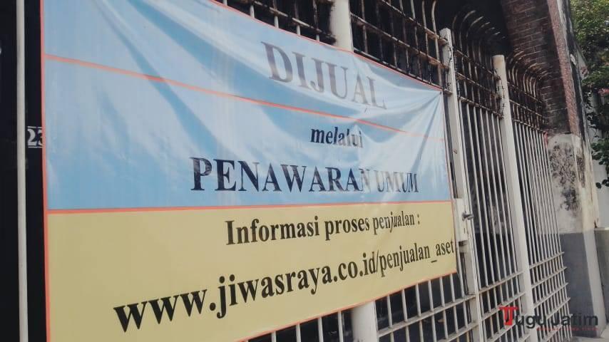 Spandul tulisan dijual di depan Gedung Singa, Kota Surabaya dan dalam proses lelang. (Foto: Rangga Aji/Tugu Jatim)