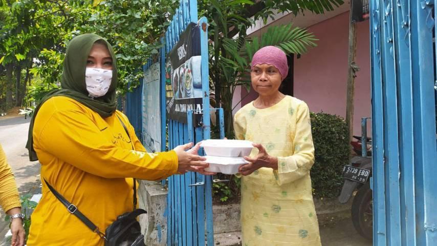 Anggota Komisi D DPRD Kota Malang Lelly Theresiawati saat membagikan makanan gratis pada warga isoman di wilayah Lowokwaru, Jumat (30/7/2021). (Foto: M Ulul Azmy/Tugu Malang/Tugu Jatim)