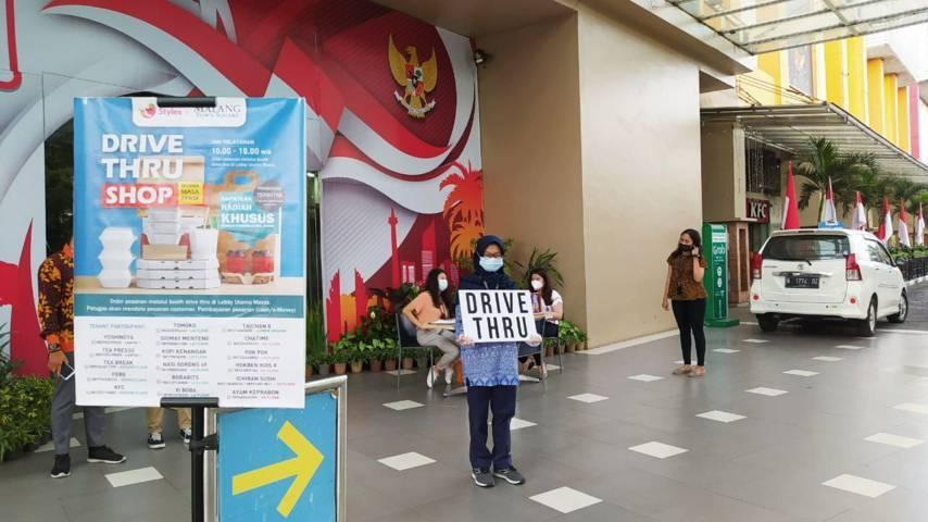 Tim layanan drive thru shop dengan sigap melayani pengunjung yang akan membeli makanan dan minuman di Lobby utama Malang Town Square (Matos), Jumat (30/7/2021). (Foto: M Ulul Azmy/Tugu Malang/Tugu Jatim)