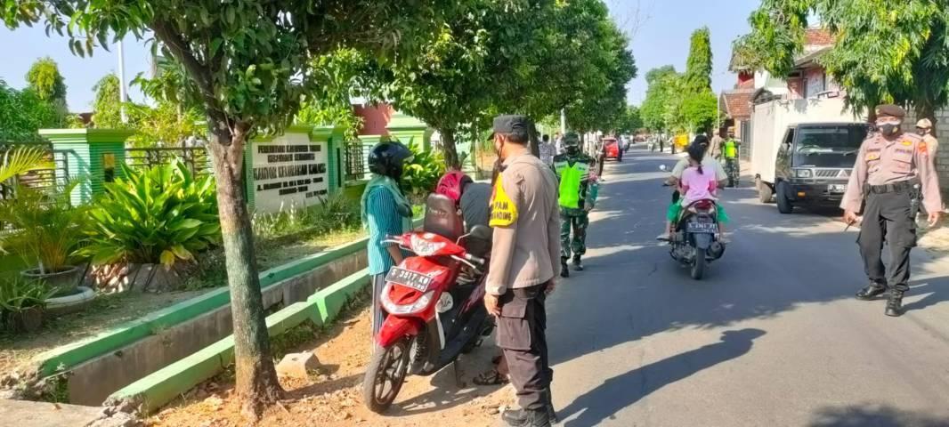 Petugas gabungan di Tuban saat menggelar operasi yustisi di depan Kantor Kelurahan Karang, Kecamatan Semanding, Jumat (23/07/2021). (Foto: Humas Polres Tuban/Tugu Jatim)