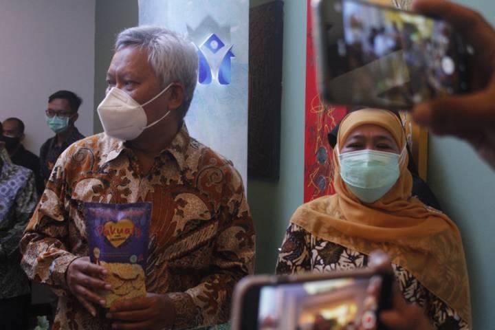 Gubernur Jatim Khofifah Indar Parawansa melihat produk UMKM saat meresmikan Rumah Kurasi di Hotel Grand Surya, Kota Kediri, Selasa (27/07/2021).(Foto: Humas Pemkot Kediri/Tugu Jatim)