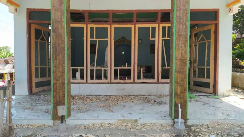 Kaca musala di RT 6/RW 2 Kelurahan Wonokoyo, Kecamatan Kedungkandang Kota Malang, tampak pecah karena ledakan cukup besar yang terjadi pada Jumat (09/07/2021). (Foto: Azmy/Tugu Jatim)