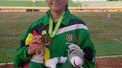 Salah satu atlet Tuban cabor atletik meraih medali emas di Pekan Olahraga Provinsi (Porprov) Jatim VI 2019 di Stadion Bumi Wali Tuban, pada 9 Juli 2019. (Foto: Rochim/Tugu Jatim)