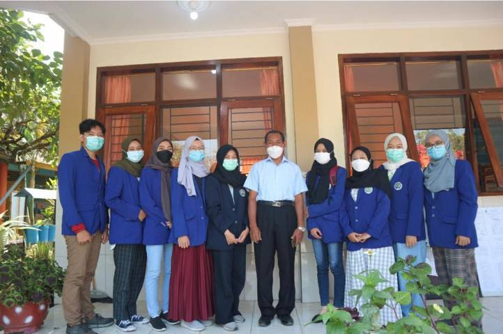 Tim KKN Tematik bersama Kepala SDN 2 Sitirejo. (Foto: Dokumen/Tugu Jatim)