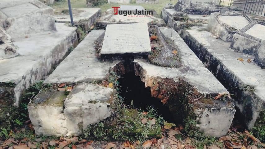 Makam di Peneleh Surabaya berlubang tampak kurang terurus. (Foto: Rangga Aji/Tugu Jatim)