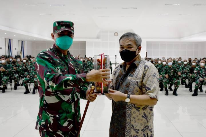 Dr Aqua Dwipayana menerima kenang-kenangan dari Komandan Sekolah Calon Perwira Angkatan Darat Mayjen TNI Ferry Zein. Disaksikan para personel yang ikut Sharing Komunikasi dan Motivasi.(Foto: Dokumen/Tugu Jatim)
