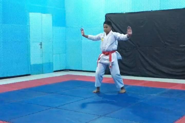 Afkar Duwera maksimal memperagakan sejumlah gerakan karate dalam sesi pengambilan video untuk proses seleksi kejuaraan KOSN di tingkat Provinsi Jatim. (Foto: Dokumen/Tugu Jatim)