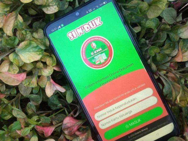 Aplikasi Si N'duk milik Dinas Kependudukan dan Pencatatan Sipil Kabupaten Bojonegoro yang bisa digunakan masyarakat untuk mengurus dokumen kependudukan. (Foto: Mila Arinda/Tugu Jatim)