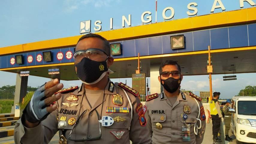 Dirlantas Polda Jatim Kombes Pol Latif Usman saat melakukan sidak di pos penyekatan PPKM Darurat Exit Tol Singosari Malang, Selasa (06/07/2021). (Foto:Azmy/Tugu Jatim)