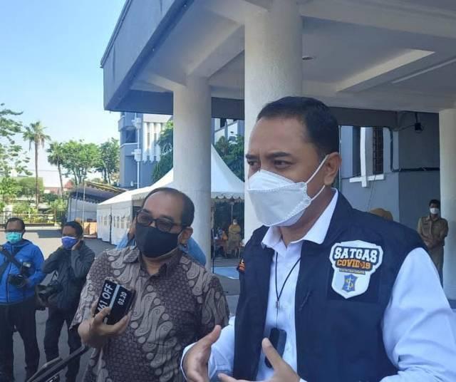 Wali Kota Surabaya Eri Cahyadi saat diwawancara wartawan di Balai Kota Surabaya, Senin (26/07/2021). Ia menyebut jika makan di warung (dine in) diperbolehkan dengan catatan maksimal hanya 20 menit. (Foto: Rangga Aji/Tugu Jatim)