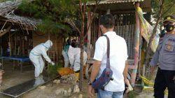 Jajaran petugas melakukan evakuasi korban meninggal dunia di Kawasan Pantai Cemara, Kabupaten, Kamis (29/7/2021) untuk dibawah ke RSUD dr R Koesma. (Foto: Moch Abdurrochim/Tugu Jatim) es moni, minuman keras, miras