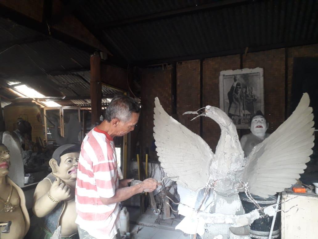 Abdul Rohim terus membuat karya di tengah pandemi Covid-19. (Foto: Sholeh/Tugu Jatim)