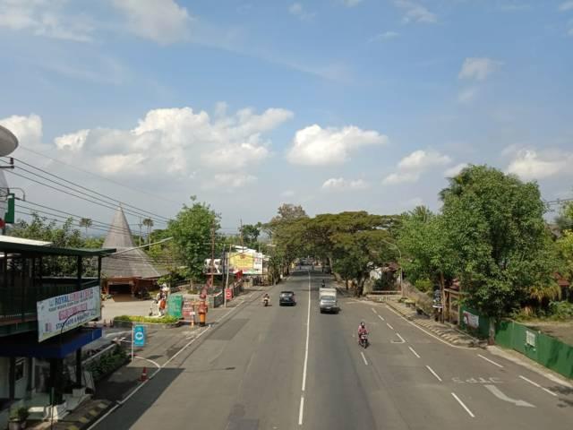 Arus lalu lintas di Jalan Raya Beji, Kota Batu, yang tampak lengang di hari pertama PPKM Darurat, Sabtu (03/07/2021). (Foto: Sholeh/Tugu Jatim)