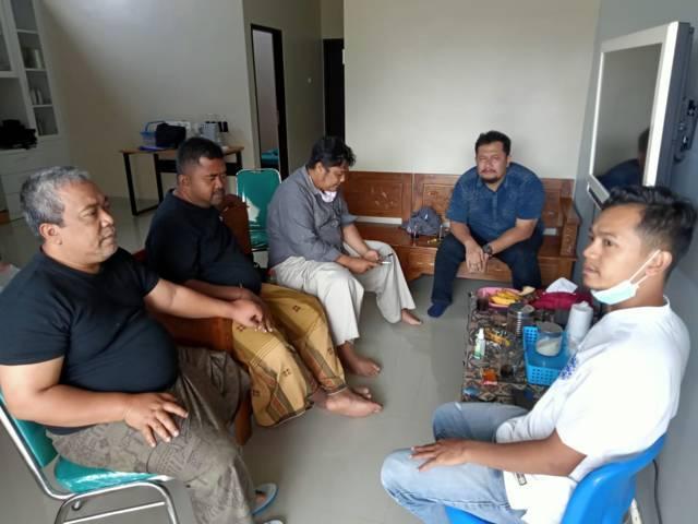 Dari kiri, Gus Din, pengusaha properti Ichank, owner Bimbel Ilhami Suluh Wahyu Pambudi, CEO Tugu Media Group Irham Thoriq, dan GM Tugumalang.id Fajrus Sidiq saat berada di rumah Gus Din beberapa waktu lalu.(Foto: Dokumen/Tugu Jatim)