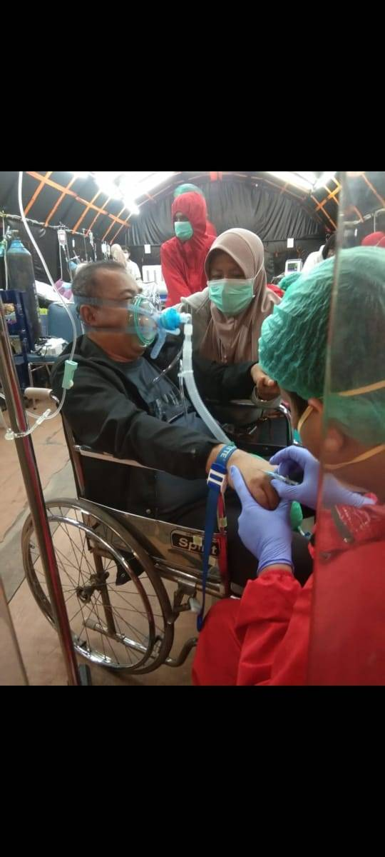 Cucun Mansur saat kursi roda di tenda Rumah Sakit Primasatya Husada Citra Surabaya.(Foto: Dokumen/Tugu Jatim)