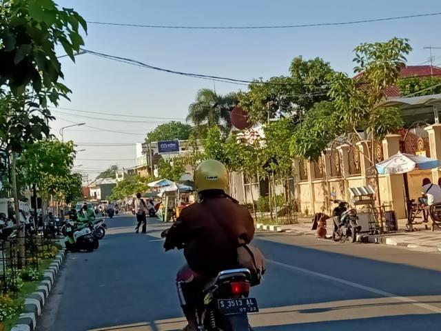 Suasana Jalan Kartini, Kecamatan Kota Bojonegoro, saat diberlakukan sistem satu arah (one way), Senin (26/07/2021). (Foto: Mila Arinda/Tugu Jatim)