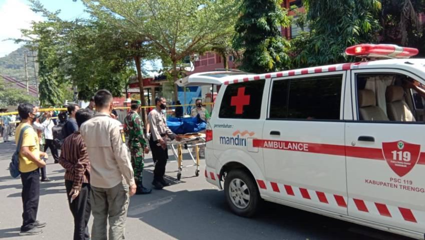 Petugas membawa korban pembacokan ke mobil ambulans. (Foto: Zamzuri/ Tugu Jatim)