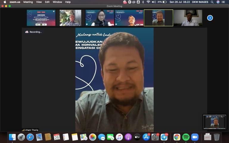 """CEO Tugu Media Group Irham Thoriq dalam Focus Group Discussion (FGD) bertajuk """"Dari Malang Untuk Indonesia, Mewujudkan Bank Plasma Konvalesen untuk Mengatasi Covid-19"""" pada Senin (26/07/2021) secara virtual.(Foto: Dani/Tugu Jatim)"""