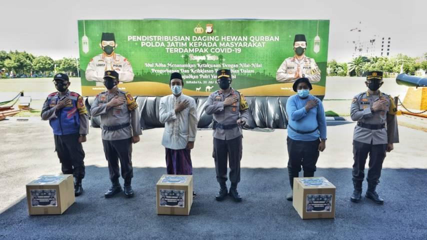 Polda Jawa Timur distribusikan daging kurban untuk warga terdampak Covid-19, Selasa (20/07/2021). (Foto: Polda Jatim/Tugu Jatim)